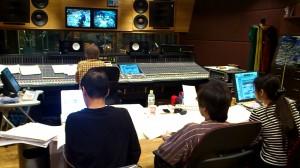 ウッドベースのレコーディングを熱い眼差しでディレクションする、作曲家chikayoと編曲の和田氏